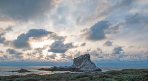 在日落的Piedras Blancas点在圣西梅昂加利福尼亚北部的中央加利福尼亚海岸 免版税库存图片