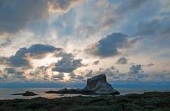在日落的Piedras Blancas点在圣西梅昂加利福尼亚北部的中央加利福尼亚海岸 库存照片