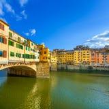 在日落的Ponte Vecchio地标,老桥梁,亚诺河河在佛罗伦萨。托斯卡纳,意大利。 图库摄影