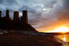 在日落的Reculver塔 免版税库存图片
