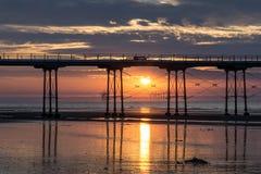 在日落的Saltburn码头 北部东部沿海城市在英国 库存照片