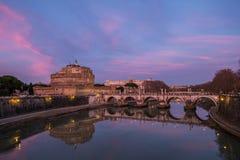 在日落的Sant安吉洛城堡与美好的颜色 库存照片