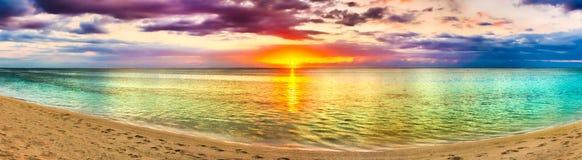 在日落的Seaview 惊人的横向 海滩美好的全景 图库摄影