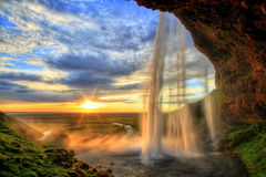 在日落的Seljalandfoss瀑布在HDR,冰岛