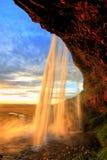在日落的Seljalandfoss瀑布,冰岛 免版税图库摄影