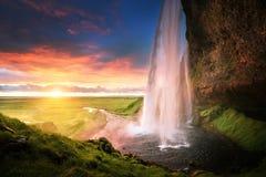 在日落的Seljalandsfoss瀑布 免版税库存照片