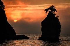 在日落的Siwash岩石 库存图片