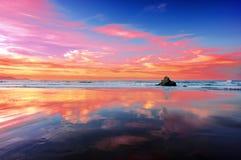 在日落的Sopelana海滩与云彩反射 库存照片