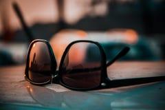 在日落的SUNGLASS 图库摄影