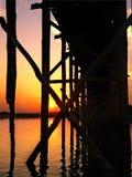 在日落的U-Bein桥梁下 免版税图库摄影