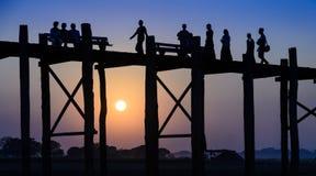 在日落的U Bein桥梁,缅甸 免版税图库摄影