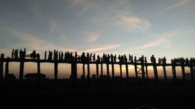 在日落的U Bein桥梁 免版税库存照片