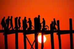 在日落的U Bein桥梁 免版税图库摄影