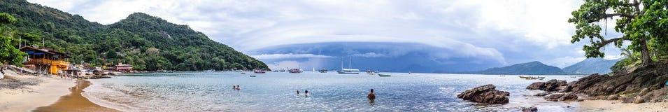 在日落的Ubatuba海滩 免版税库存照片
