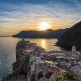 在日落的Vernazza, Cinque Terre,意大利 免版税库存照片