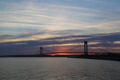 在日落的Verrazano桥梁在纽约 库存照片