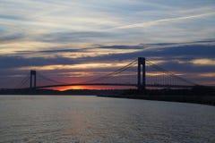 在日落的Verrazano桥梁在纽约 库存图片