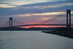 在日落的Verrazano桥梁在纽约 免版税库存图片