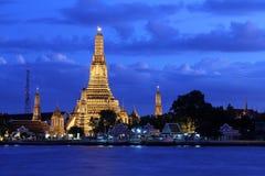 在日落的Wat Arun寺庙 库存图片
