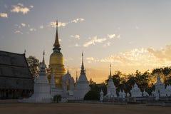 在日落的Wat Suandok泰国寺庙 免版税库存图片