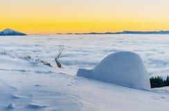 在日落的Yurt在冬天雾山 新年好 在滑稽 免版税库存图片