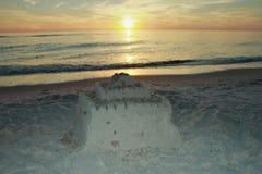 在日落美丽如画的沙子城堡附近的巴拿马市海滩墨西哥湾 免版税库存照片