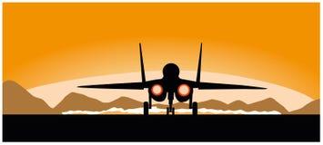 在日落背景的一架飞行军用飞机 免版税库存照片