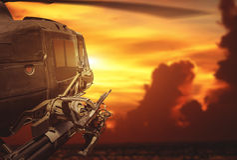 在日落背景的军事直升机飞行 库存图片
