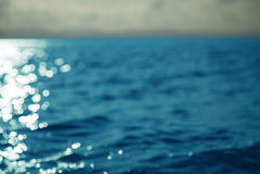 在日落背景的大反差海或海洋表面 库存照片