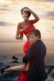 在日落背景的夫妇 免版税库存照片