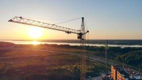 在日落背景的建筑用起重机 实际概念的庄园 股票录像