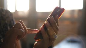 在日落背景的文字sms 股票视频