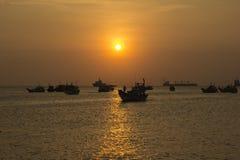 在日落背景的木小船 库存照片