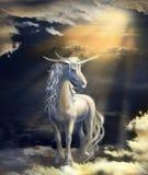 在日落背景的独角兽在云彩的 库存图片