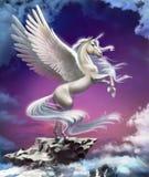 在日落背景的独角兽在云彩的 免版税库存照片