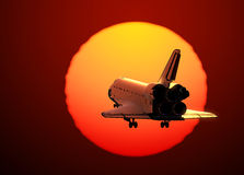 在日落背景的航天飞机着陆  免版税库存图片