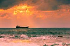 在日落背景的船 库存图片