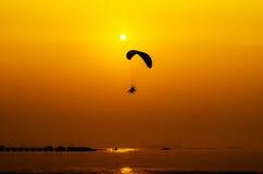 在日落背景的Paramotor飞行 库存照片