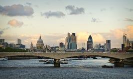 在日落蓝色小时,伦敦桥 免版税库存图片