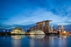 在日落蓝色小时,在小游艇船坞海湾的新加坡地平线 免版税图库摄影
