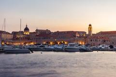 在日落视图期间的杜布罗夫尼克克罗地亚在老镇都市风景Bea 库存照片