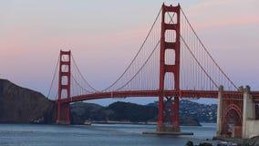 在日落视图的金黄桥梁 影视素材