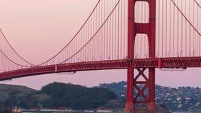 在日落视图的金黄桥梁 股票录像