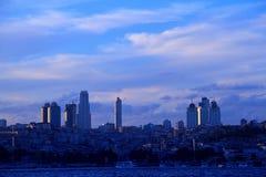 在日落视图的besiktas城市伊斯坦布尔 库存图片