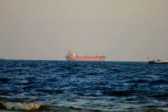 在日落货箱船附近的墨西哥湾 库存照片