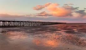 在日落赫维海湾昆士兰的Urangan码头 库存照片