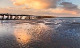 在日落赫维海湾昆士兰的Urangan码头 图库摄影