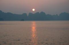 在日落越南的海湾halong 库存照片