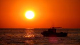 在日落附近的小船在黑海 免版税库存照片