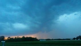 在日落雨的暴风云称赞疯狂的自然的龙卷风警告秀丽 图库摄影